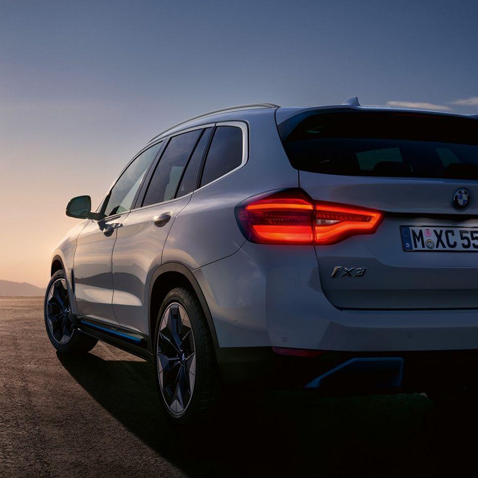 BMW iX3, G08 2020, λευκό Mineral μεταλλικό, πίσω λήψη τριών τετάρτων, σε δρόμο